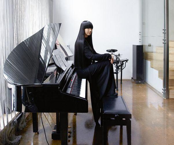 Salon Jaga nazywa 'pokojem pasyjnym'. Jedną z jej największych pasji jest muzyka. Na fortepianie grywa, żeby ukoić albo pobudzić emocje, rozruszać palce i przede wszystkim pobyć z córkami. Młodsza, Antonia poza fortepianem gra też na perkusji i gitarze. Na białej ścianie w głębi odbywają się domowe projekcje filmowe.