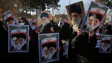 Marsz poparcia dla władz w Teheranie. W rękach demonstrujących kobiet portrety zmarłego w 1989 r. ajatollaha Chomejniego oraz aktualnego najwyższego przywódcy Alego Chamenei
