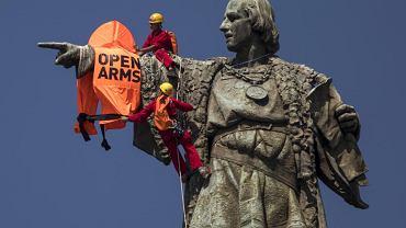 Open arms. Dwóch aktywistów na posągu Krzysztofa Kolumba w Barcelonie chciało zwrócić uwagę na śmierć migrantów przeprawiających się przez Morze Śródziemne do Europy