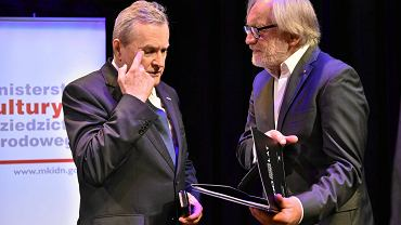 Minister kultury Piotr Gliński (l) oraz dyrektor Teatru Polskiego Andrzej Seweryn (p) podczas uroczystego podpisania umowy o współprowadzeniu teatru przez MKiDN oraz władze wojewódzkie