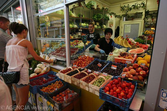 Czy warzywa z targu są lepsze od tych z supermarketu? Na zdjęciu stoisko z warzywami w Czestochowie