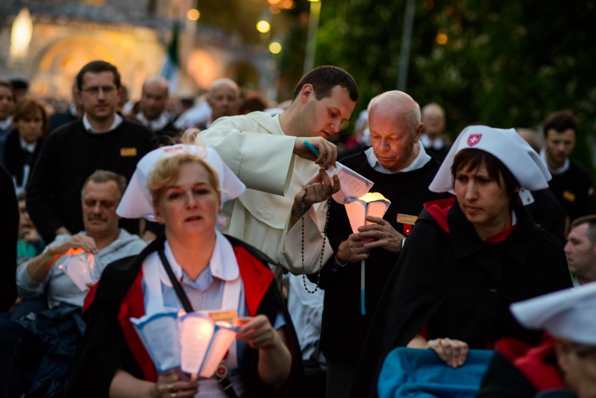 Podczas procesji maryjnej ze świecami (fot. Piotr Idem)