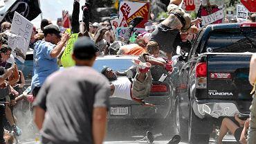 Zdaniem Marka Anfinsona, jednego z najlepszych prawników w Minneapolis zajmujących się swobodą wypowiedzi i prawem prasowym, dopóki demonstracje neonazistów i kontrdemonstrantów były pokojowe, obie grupy korzystały z ochrony pierwszej poprawki. Wolność słowa skończyła się dopiero, gdy grupy zaczęły się bić ( 20-letni James Fields staranował autem przeciwników prawicy, zabijając jedną osobę i raniąc 19. )