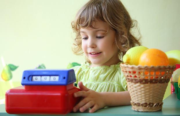Warto uczyć dziecko poprzez zabawę, na przykład 'w sklep'