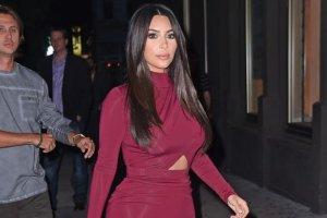 Kim Kardashian na FB �artuje z ochroniarza: Na co on patrzy? Odpowied� nie jest trudna
