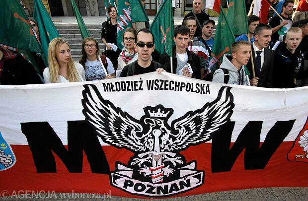 Demonstracja przeciwnik�w imigrant�w zorganizowana przez M�odzie� Wszechpolsk�. Pozna�, wrzesie� 2015 r.