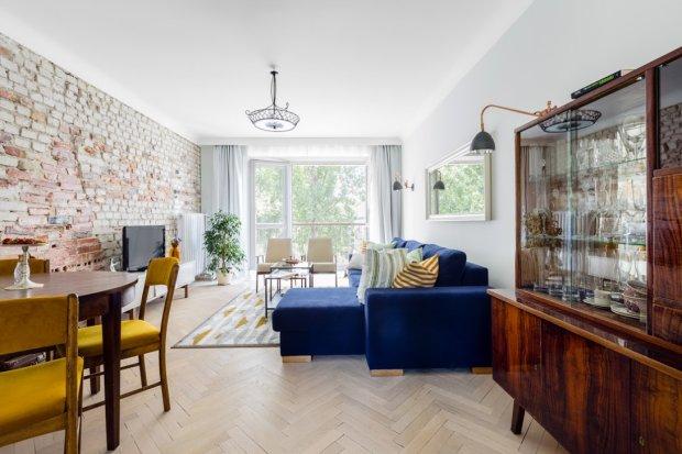 Ceglana ściana w mieszkaniu w duchu vintage