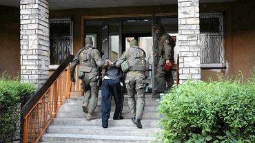 Zatrzymanie sprawców porwania Tomka. Antyterroryści wprowadzają podejrzanych na przesłuchanie do gmachu KWP w Poznaniu