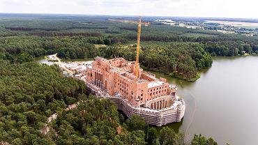 Stobnica. Budowa zamku na jeziorze w Puszczy Noteckiej widziana z drona