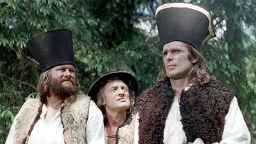 Kadr z serialu 'Janosik'. Od lewej: Bogusz Bilewski, Witold Pyrkosz, Marek Perepeczko. Reż. Jerzy Passendorfer, prod. Zespół Filmowy 'Panorama'