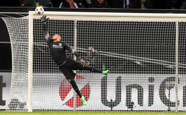 Atletico's goalkeeper Miguel Angel Moya jumps for a ball by Leverkusen's Emir Spahic that hit the crossbar during the Champions League round of 16 first leg soccer match between Bayer 04 Leverkusen and Atletico de Madrid on Wednesday, Feb. 25, 2015 in Leverkusen, Germany. (AP Photo/Frank Augstein)   SLOWA KLUCZOWE: XCHAMPIONSLEAGUEX