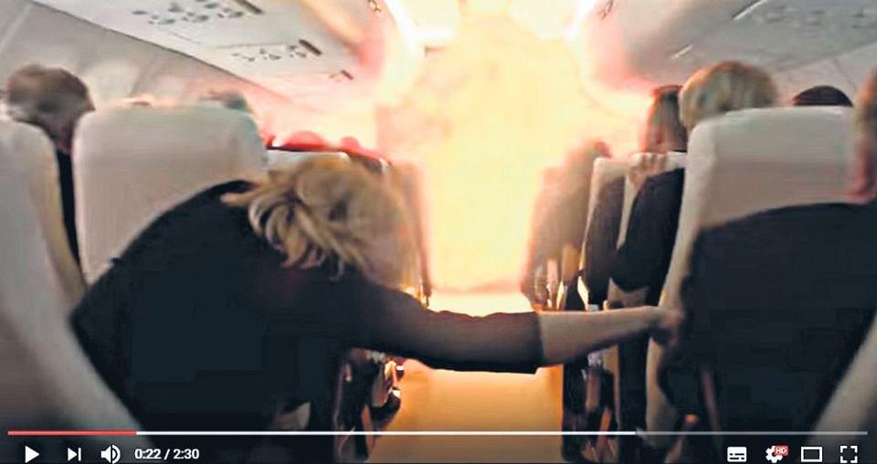 Kadr z oficjalnego zwiastunu filmu Antoniego Krauzego 'Smoleńsk'. Widać wnętrze samolotu, fotele, pasażerów i kulę ognia, która się rozprzestrzenia po pokładzie