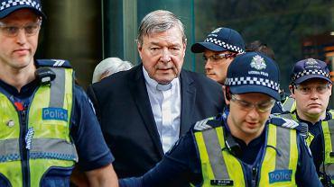 Melbourne, 2 maja 2018 r. Kardynał George Pell w eskorcie policji opuszcza gmach sądu . Były watykański prefekt sekretariatu ds. gospodarczych jest oskarżony o kilkadziesiąt przestępstw seksualnych