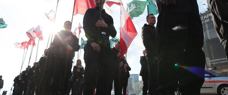 Krzyż, flagi i okrzyki Śmierć wrogom ojczyzny. Marsz ONR w centrum Warszawy. Nie udało się go zablokować