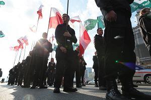 """Krzyż, flagi i okrzyki """"Śmierć wrogom ojczyzny"""". Marsz ONR w centrum Warszawy. Nie udało się go zablokować"""