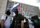 Prorosyjscy separatyści w Doniecku przed barykadą zbudowaną wokół siedziby regionalnej administracji