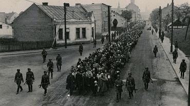 Tarnów, więźniowie podążający ulicą Krakowską.