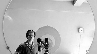 Maier ucieka przed wiarygodnym autoportretem, ukrywając się za eksperymentami. Woli się fotografować w witrynach sklepów, w lusterkach samochodowych, w błyszczących felgach