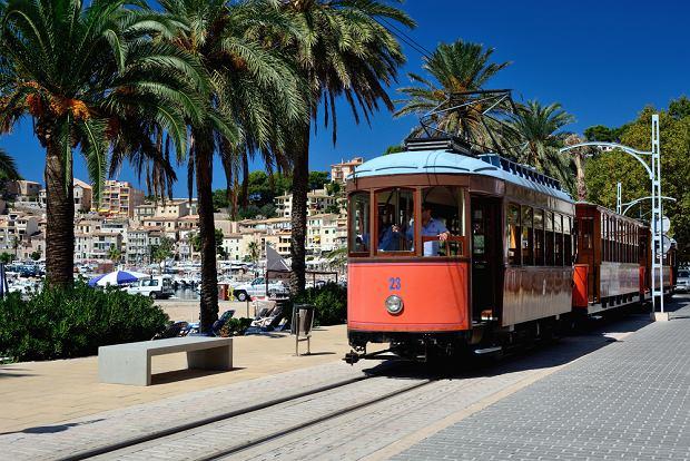 Zabytkowy tramwaj jeżdżący pomiędzy Soller i Port de Soller
