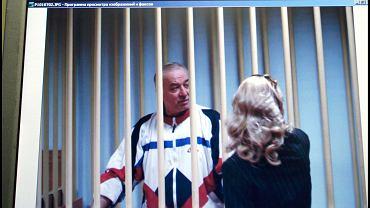 9.08.2006, Moskwa, Siergiej Skripal rozmawia ze swoją adwokatką podczas swojego procesu.