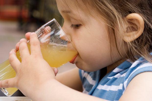 Nowe zalecenie pediatrów: picie soków nie dla małych dzieci [WYJAŚNIAMY]