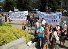 Przyj�cie z okazji 90. urodzin gen. Jaruzelskiego. Protest przed hotelem
