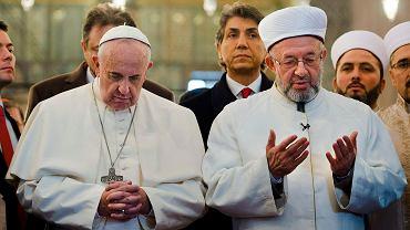 Papież Franciszek i Wielki Mufti Stambułu Rahmi Yaran podczas wizyty w meczecie Sułtana Ahmeda