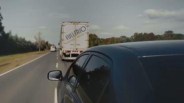 Wyprzedzanie samochodu ciężarowego na wąskiej drodze to trudny manewr