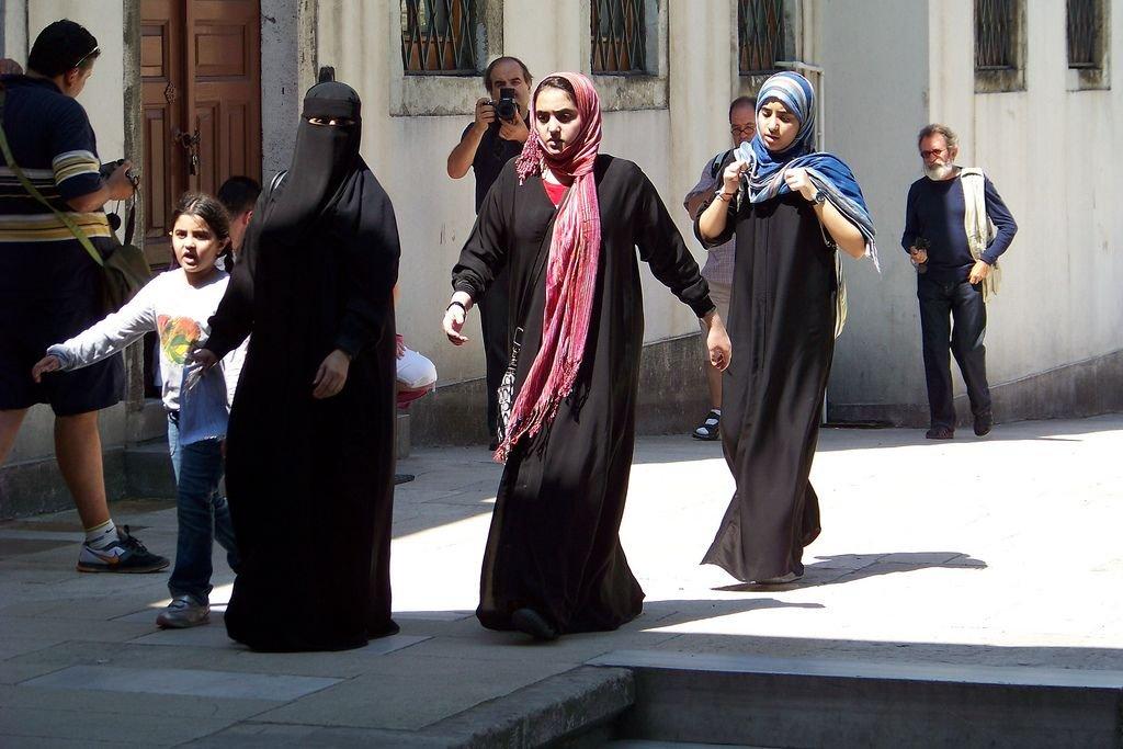Muzułmanki. Pierwsza po lewej - w nikabie (fot. flickr.com / miss_ohara / CC BY-NC 2.0)