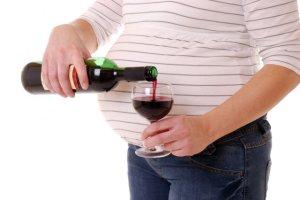 Kieliszek wina w ciąży, można?