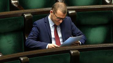 Szef młodzieżówki PiS Paweł Szefernaker w sejmowych ławach. Warszawa, 10 czerwca 2016