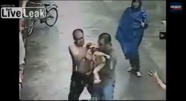 Chiny: Roczne dziecko wypada z okna. �apie je uliczny sprzedawca. Wszystko uchwyci�o oko kamery [WIDEO]