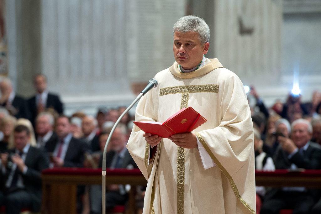 Arcybiskup Konrad Krajewski podczas mszy w Watykanie