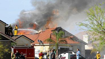 Płonący dom w miejscu wypadku amerykańskiego Harriera