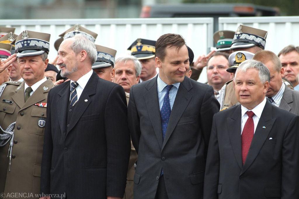 Antoni Macierewicz, Radosław Sikorski i Lech Kaczyński (fot. Waldemar Kompała / Agencja Gazeta)