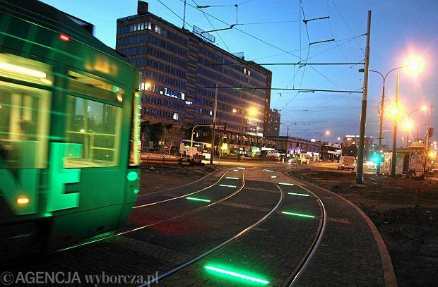 05.08.2013 Katowice . Podswietlano torowisko  przy przystanku