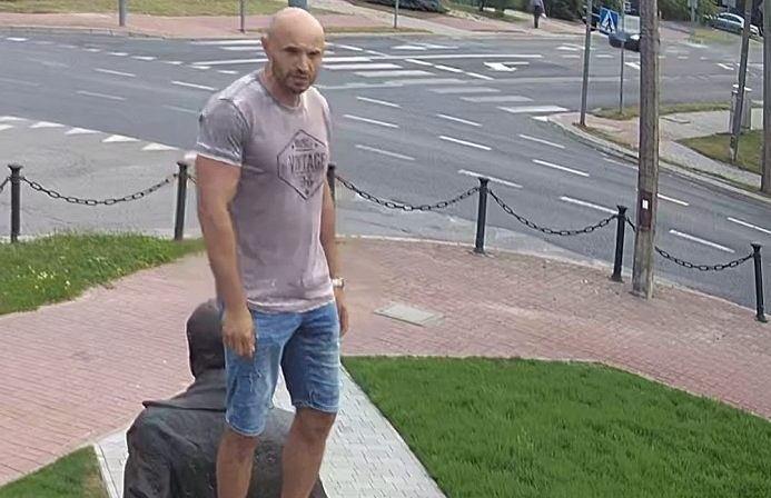 Nieznany sprawca wszedł na pomnik 'Ofiar katastrofy smoleńskiej'
