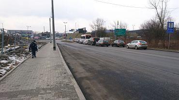 Z powodu budowy Biedronki za zjazdem z DK94 w ul. Długosza został właśnie dobudowany dodatkowy pas do skrętu w prawo. znacznie poszerzono również chodnik