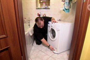 Wiesław Skiba pokazał, jak wyczyścić filtr w pralce