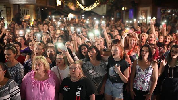 500 osób zaśpiewało hit The Cranberries w hołdzie zmarłej wokalistce