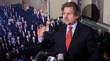 Poseł Nowoczesnej Piotr Misiło na konferencji prasowej na temat kart kredytowych w ministerstwach
