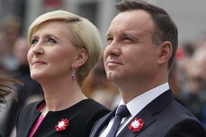 Agata i Andrzej Duda pojawili si� na Plaucu Zamkowym w Warszawie na poniedzia�kowych obchodach Dnia Flagi RP oraz Dnia Polonii i Polak�w za Granic�. Pierwsza dama po plotkach o kryzysie stara si� cz�ciej towarzyszy� m�owi podczas oficjalnych wyj��.