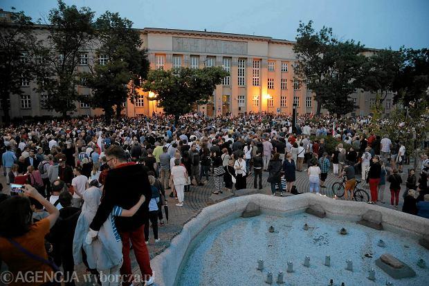 Zdjęcie numer 51 w galerii - Tłumy przed Sądem Okręgowym w Łodzi. Kolejny dzień protestów przeciwko zmianom PiS w sądownictwie [ZDJĘCIA]