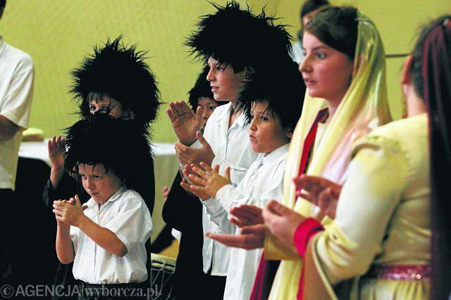 80c65038fb W polskich szkołach uczy się kilka tysięcy dzieci czeczeńskich. W szkole w  Łukowie przygotowały przedstawienie