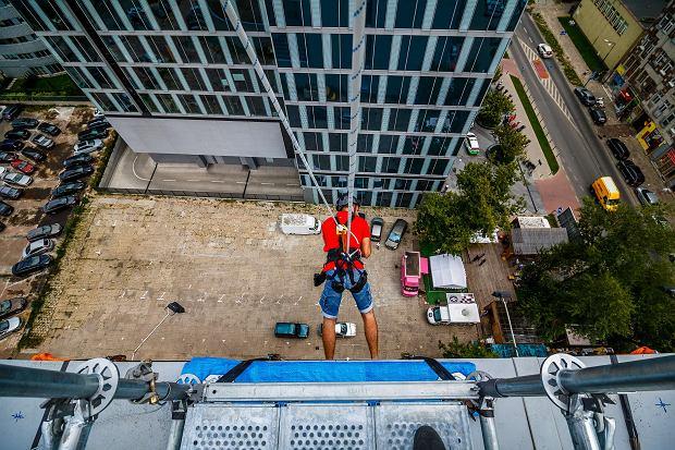 Ekstremalny spacer z dachu warszawskiego wieżowca. Walk In The Sky już w Polsce