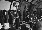 Herbatka z królową w podziemnym schronie. Londyńskie metro w czasie II wojny światowej dało nocleg tysiącom ludzi