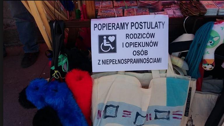 Plakaty wspierające protest osób niepełnosprawnych w Sejmie