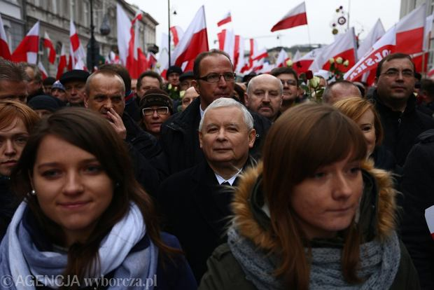 """Marsz PiS idzie przez Warszaw�. """"Demokracja jest w Polsce bardzo powa�nie zagro�ona"""" [ZDJ�CIA]"""