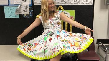 Ta nauczycielka nigdy nie zapomni swoich uczni�w. Sp�jrzcie na jej sukienk�!