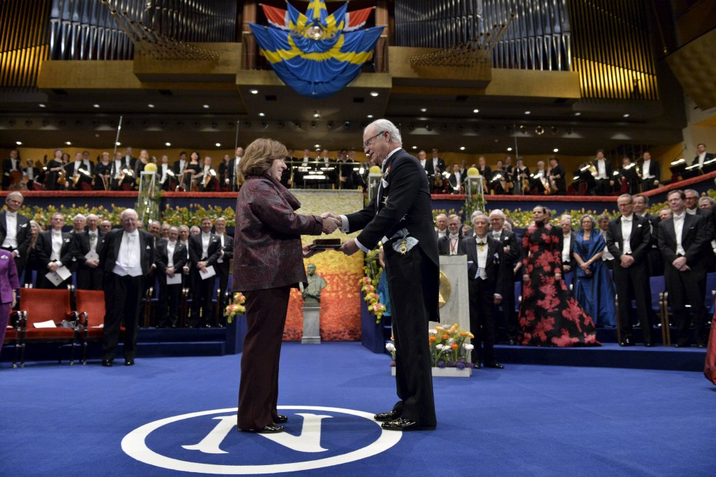 Swietłana Aleksijewicz odbiera Nagrodę Nobla z rąk króla Szwecji Karola Gustawa